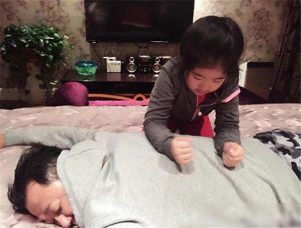 Bố ngủ cùng con gái 15 tuổi mỗi tối, bất ngờ khi nhìn thấy đồ tế nhị trong cặp con - Ảnh 4