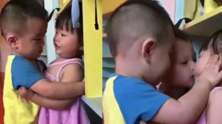 Con đi học hôn bạn, cô giáo gửi ảnh cho bố và phản ứng của bố: Không phải tôi dạy! - Ảnh 1