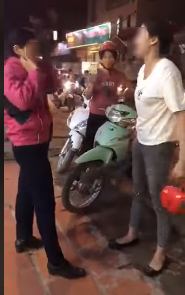 Vợ chửi bới, đánh tát bồ nhí giữa đường: 'Mày thấy tao hiền quá chứ gì' - Ảnh 1