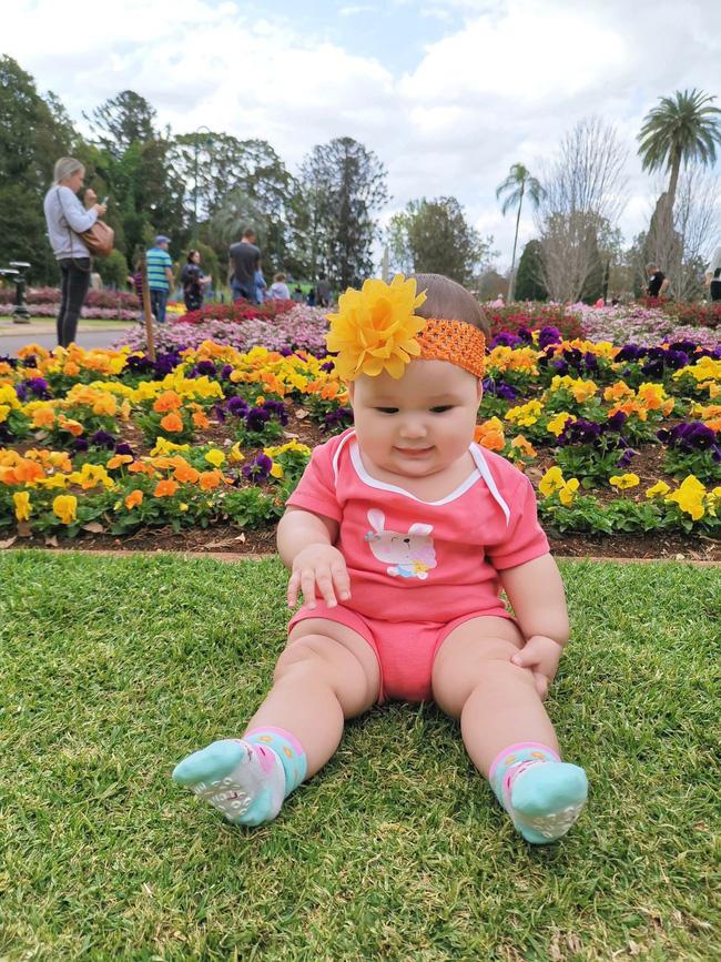 Mẹ trẻ khoe cô con gái cực dễ thương nhưng các mẹ lại say mê đếm số ngấn của bé - Ảnh 8
