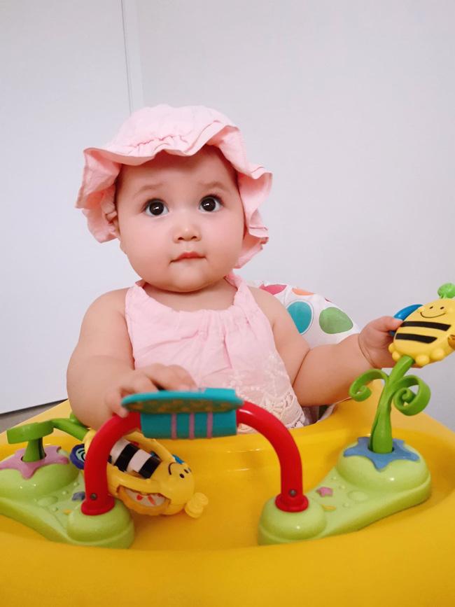 Mẹ trẻ khoe cô con gái cực dễ thương nhưng các mẹ lại say mê đếm số ngấn của bé - Ảnh 9