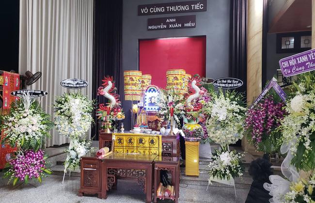 Vợ nghệ sĩ saxophone Xuân Hiếu thất thần trong tang lễ của chồng - Ảnh 1
