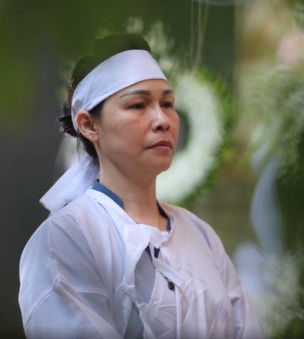 Vợ nghệ sĩ saxophone Xuân Hiếu thất thần trong tang lễ của chồng - Ảnh 3