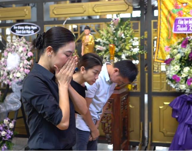 Vợ nghệ sĩ saxophone Xuân Hiếu thất thần trong tang lễ của chồng - Ảnh 4