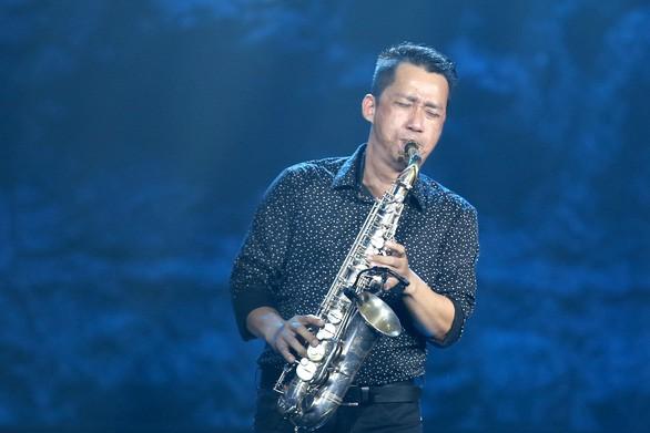 Vợ nghệ sĩ saxophone Xuân Hiếu thất thần trong tang lễ của chồng - Ảnh 5
