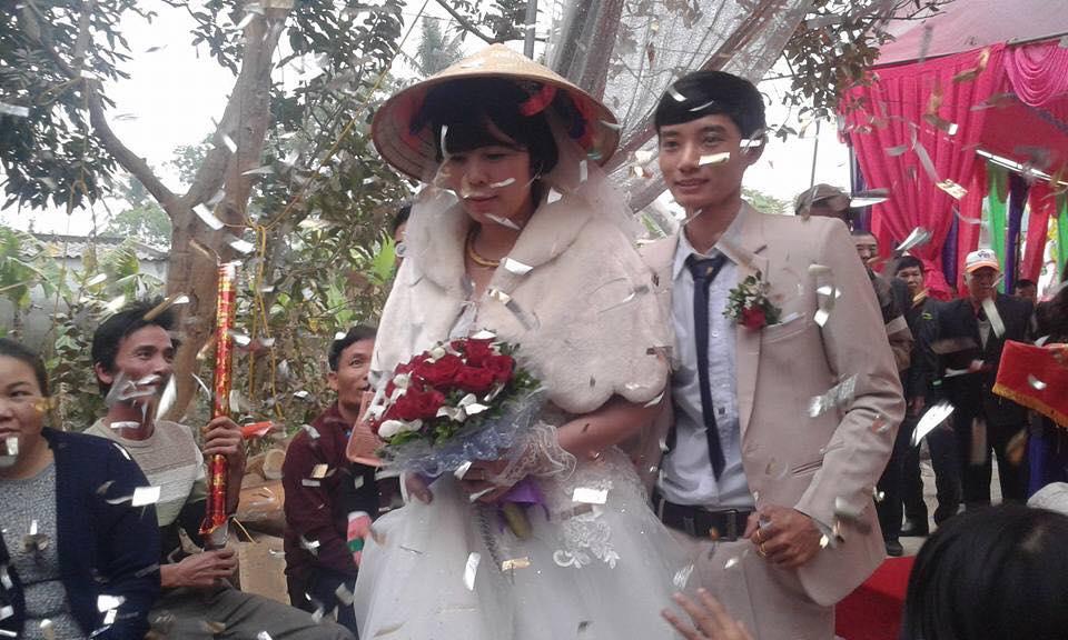 Những cặp đôi 'đũa lệch' khiến cộng đồng mạng dậy sóng: Cô dâu 20 lấy cụ ông U70, chú rể 26 kết hôn cùng cô dâu 48 - Ảnh 2