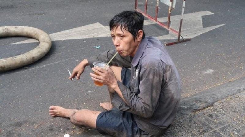 Xúc động hình ảnh người công nhân lấm lem uống vội cốc nước bên cạnh đống rác thải - Ảnh 2