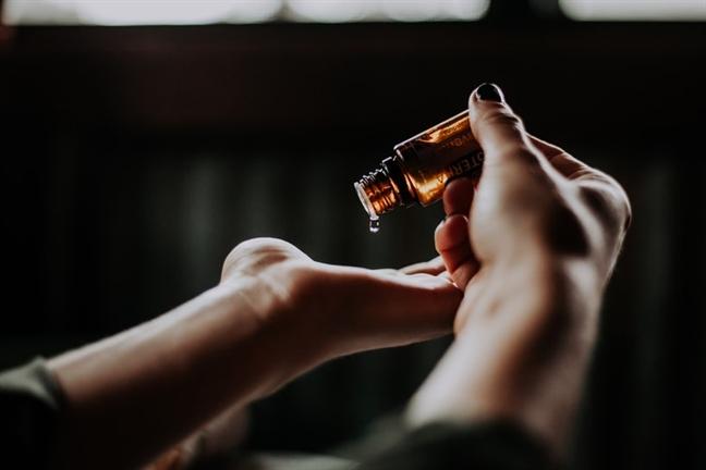 Những mẹo giúp bạn phát huy tối đa công dụng của nước hoa - Ảnh 2