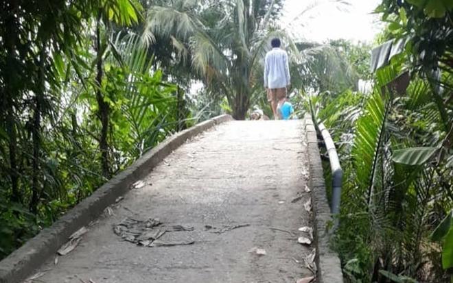 Va chạm trên cầu, bé gái đi xe đạp rơi xuống sông mất tích - Ảnh 3