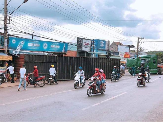 Bình Phước: Kinh hoàng thùng container văng xuống đường làm 2 vợ chồng thương vong, người thân khóc nghẹn tại hiện trường - Ảnh 1