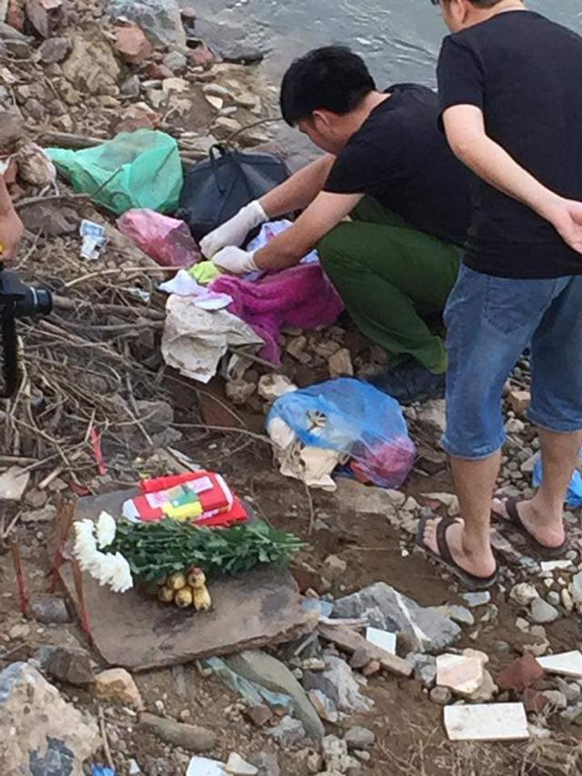 Tá hỏa phát hiện thi thể bé sơ sinh còn đỏ hỏn bị nhét trong ba lô ở bờ sông - Ảnh 1