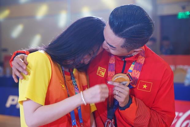 Khánh Thi òa khóc nức nở, ôm Phan Hiển không rời khi ông xã xuất sắc giành HCV tại SEA Games 30 - Ảnh 4