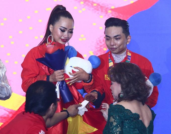 Khánh Thi òa khóc nức nở, ôm Phan Hiển không rời khi ông xã xuất sắc giành HCV tại SEA Games 30 - Ảnh 2
