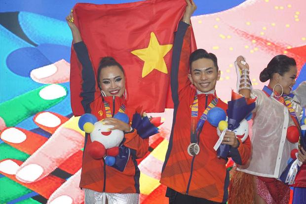 Khánh Thi òa khóc nức nở, ôm Phan Hiển không rời khi ông xã xuất sắc giành HCV tại SEA Games 30 - Ảnh 1