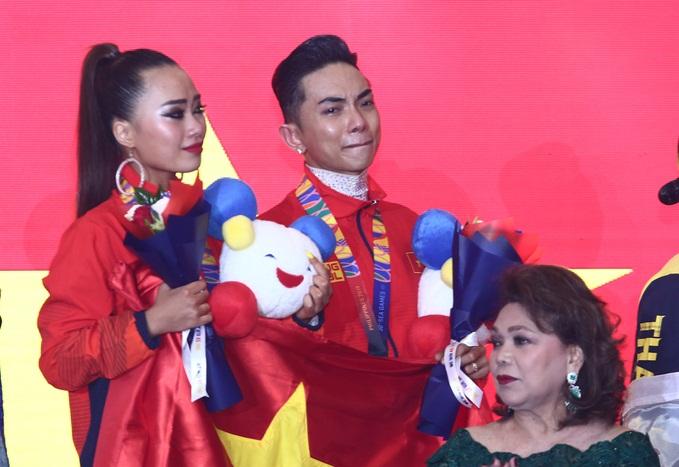 Khánh Thi òa khóc nức nở, ôm Phan Hiển không rời khi ông xã xuất sắc giành HCV tại SEA Games 30 - Ảnh 3