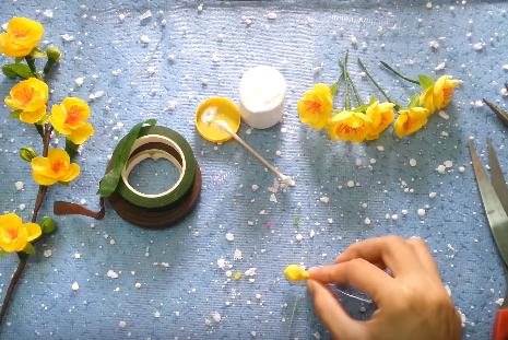 Quấn bông gòn trong giấy nhún bọc lại để làm nụ hoa