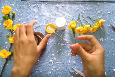 Dán đài hoa vào búp bằng keo thật khéo, không để keo tràn dính ra ngoài búp