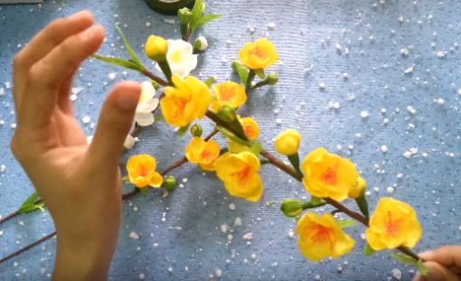 Thành phẩm là cành, cây hoa mai bằng giấy đẹp tươi trang trí ngày Tết