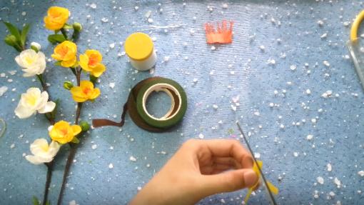 Dùng kéo cắt vát tròn từng mảnh giấy tạo hình cánh hoa