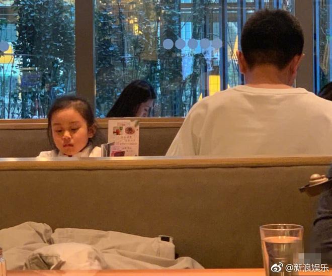 Hình ảnh xót xa: Con gái Giả Nãi Lượng mặt buồn thiu khi đi chơi cùng bố mà không có Lý Tiểu Lộ đi cùng - Ảnh 2