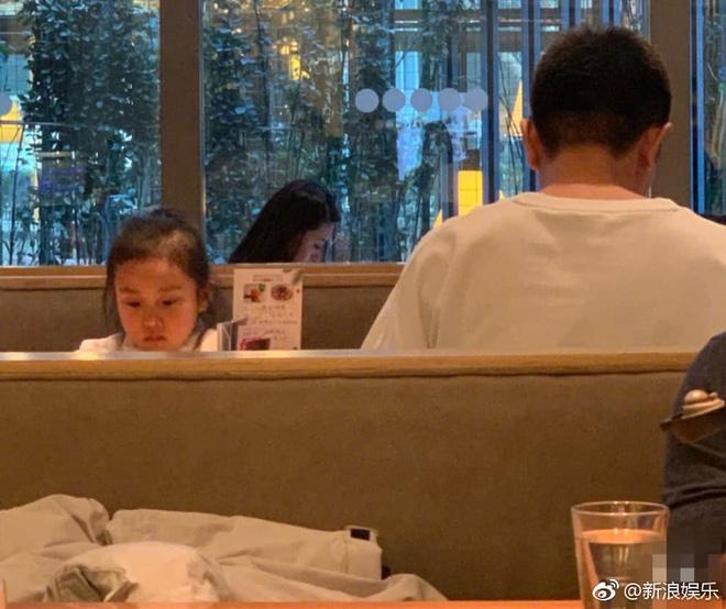 Hình ảnh xót xa: Con gái Giả Nãi Lượng mặt buồn thiu khi đi chơi cùng bố mà không có Lý Tiểu Lộ đi cùng - Ảnh 3