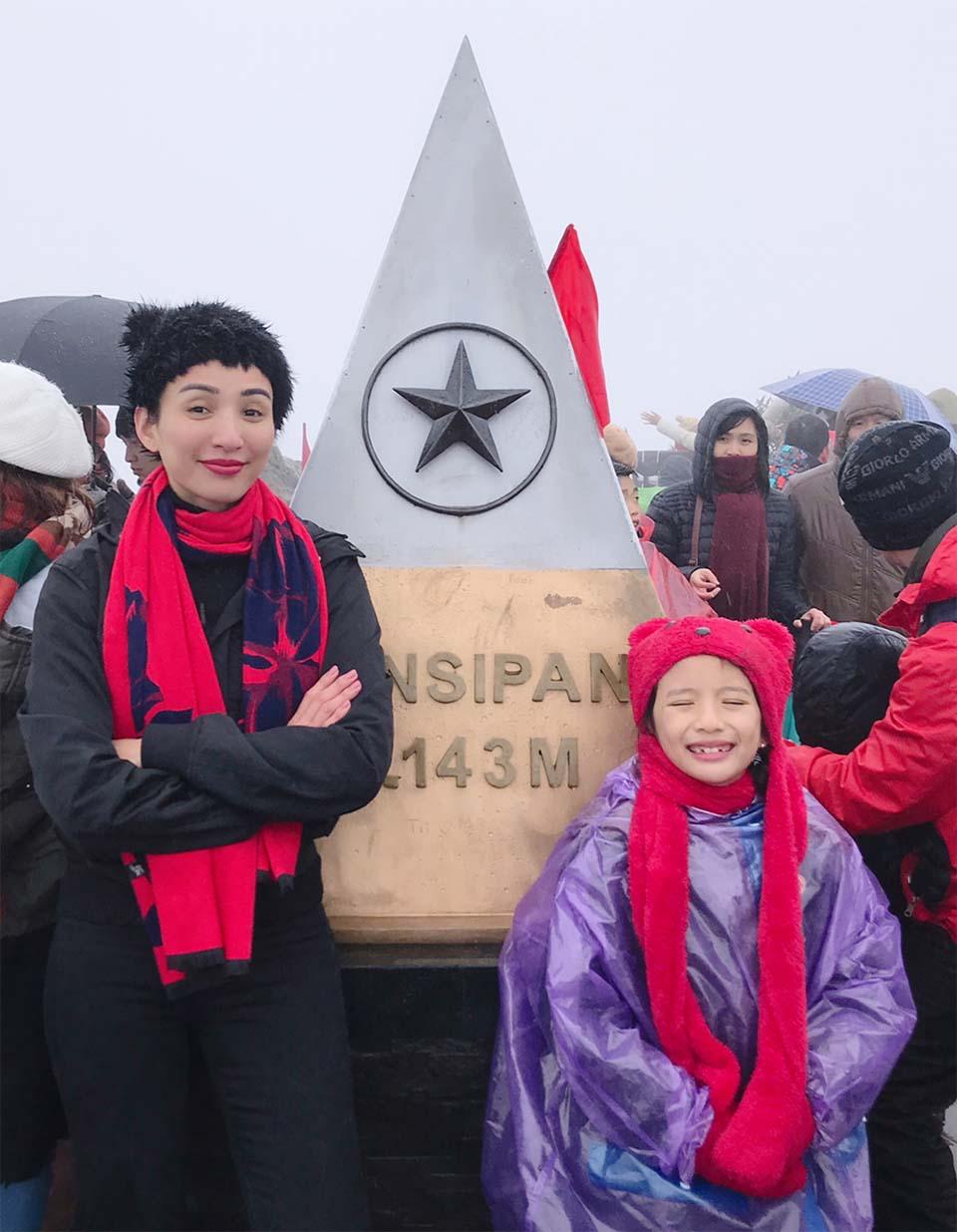 Hoa hậu Ngọc Diễm cùng con gái 8 tuổi lên đỉnh Fansipan khi trời -4 độ C - Ảnh 2