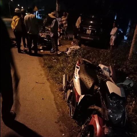 Tiếp tục xảy ra tai nạn liên hoàn ở Long An, ô tô 7 chỗ tông nhiều xe máy lưu thông trên đường - Ảnh 1