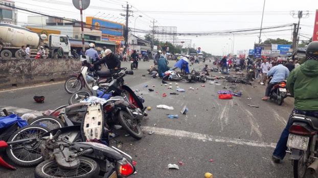 Tiếp tục xảy ra tai nạn liên hoàn ở Long An, ô tô 7 chỗ tông nhiều xe máy lưu thông trên đường - Ảnh 2