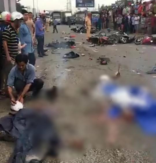 Ám ảnh lời kể nhân chứng vụ container tông 18 xe máy dừng đèn đỏ khiến 4 người tử vong, hơn 20 người bị thương - Ảnh 1