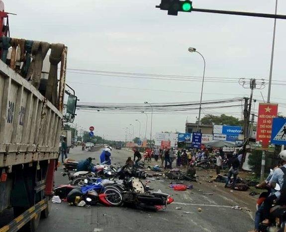 Ám ảnh lời kể nhân chứng vụ container tông 18 xe máy dừng đèn đỏ khiến 4 người tử vong, hơn 20 người bị thương - Ảnh 2