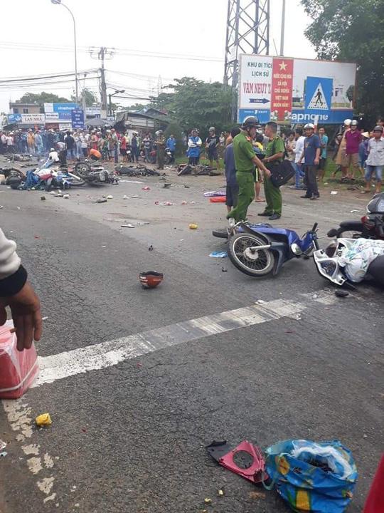 Xe container tông 18 xe máy đang dừng đèn đỏ ở Long An: Gần 30 người thương vong nằm la liệt trên đường - Ảnh 1