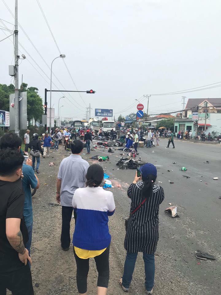 Xe container tông 18 xe máy đang dừng đèn đỏ ở Long An: Gần 30 người thương vong nằm la liệt trên đường - Ảnh 3