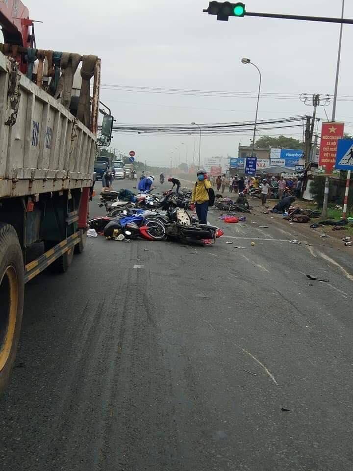 Xe container tông 18 xe máy đang dừng đèn đỏ ở Long An: Gần 30 người thương vong nằm la liệt trên đường - Ảnh 5
