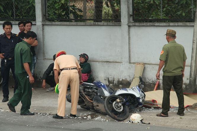 Tông cột bê tông bên đường, người phụ nữ chết thương tâm - Ảnh 1
