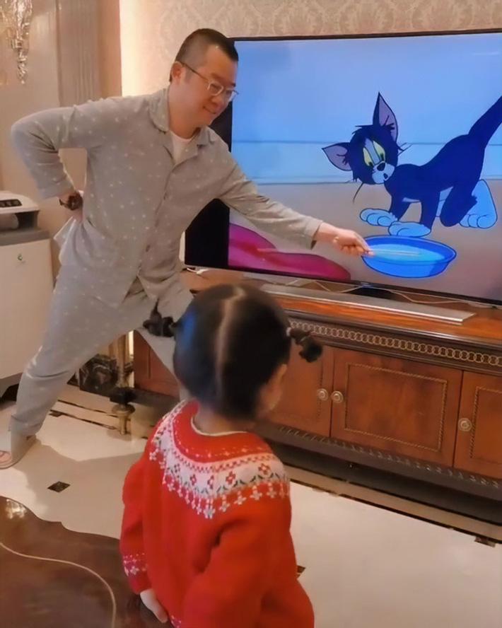 Chỉ là xem hoạt hình với con thôi mà người bố này cũng xứng danh 'ông bố của năm' nhờ cách làm chẳng giống ai - Ảnh 1