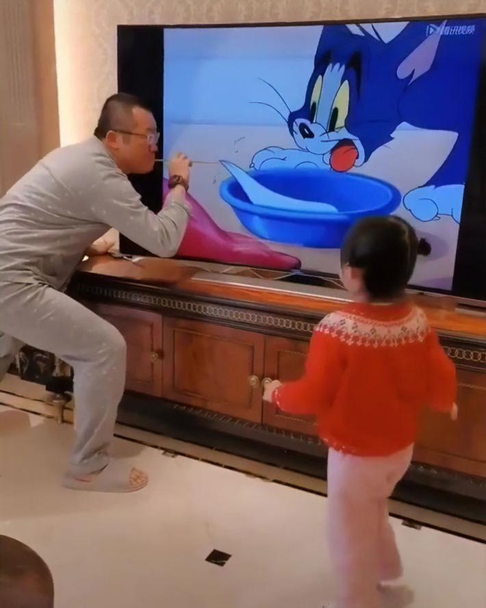 Chỉ là xem hoạt hình với con thôi mà người bố này cũng xứng danh 'ông bố của năm' nhờ cách làm chẳng giống ai - Ảnh 3