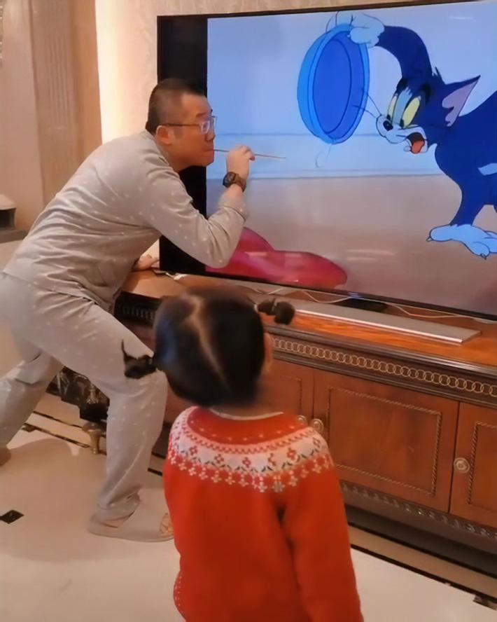 Chỉ là xem hoạt hình với con thôi mà người bố này cũng xứng danh 'ông bố của năm' nhờ cách làm chẳng giống ai - Ảnh 4