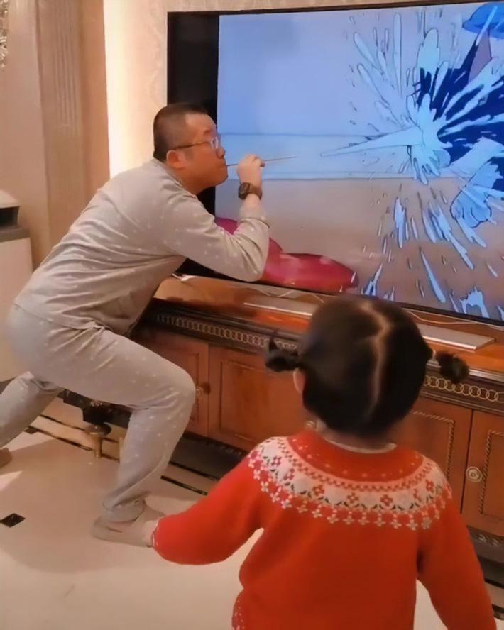 Chỉ là xem hoạt hình với con thôi mà người bố này cũng xứng danh 'ông bố của năm' nhờ cách làm chẳng giống ai - Ảnh 5