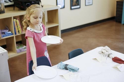 10 việc trẻ nên tự làm theo phương pháp Montessori  - Ảnh 1