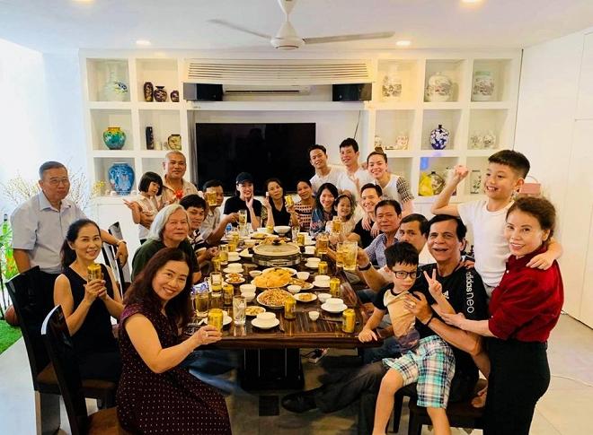Hà Hồ - Kim Lý xuất hiện tình cảm trong bữa tiệc liên hoan cuối năm của gia đình - Ảnh 2