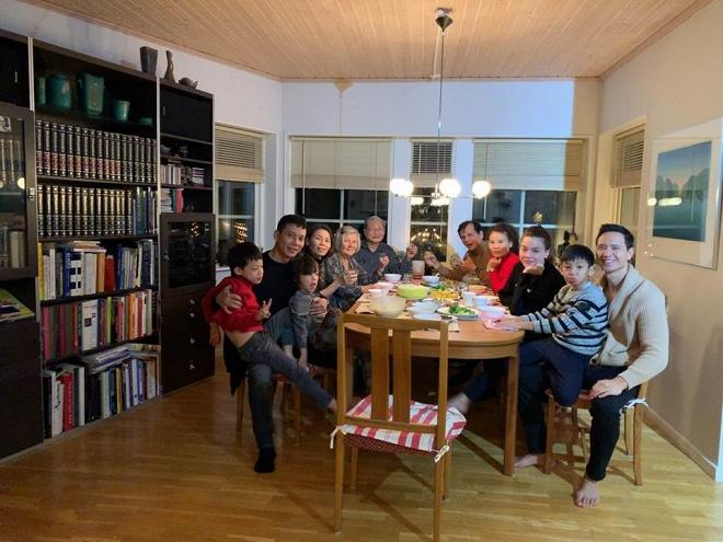 Hà Hồ - Kim Lý xuất hiện tình cảm trong bữa tiệc liên hoan cuối năm của gia đình - Ảnh 3