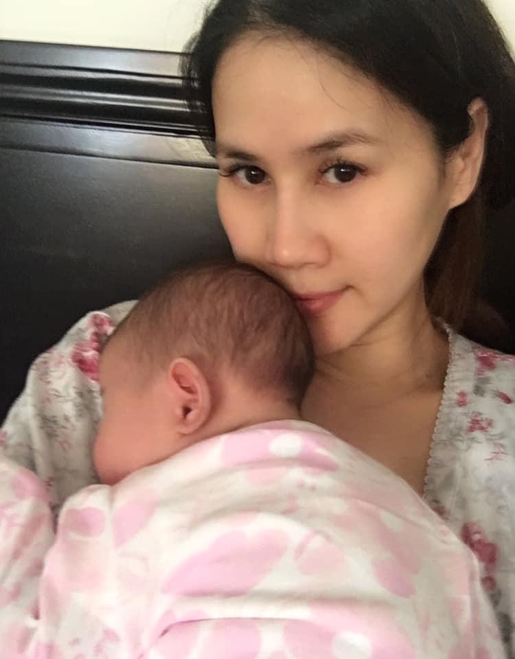 Thân Thúy Hà mất ngủ, mệt mỏi và sụt ký liên tục vì con gái khó chịu khóc la mọi lúc - Ảnh 1