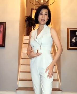 Tuổi U60, MC Kỳ Duyên vẫn xinh đẹp dạy cách tạo dáng hút 'bão like' - Ảnh 2