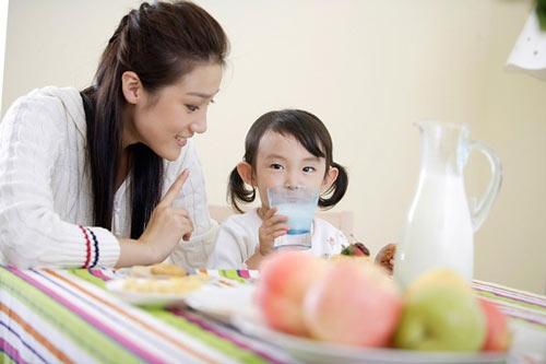Bác sĩ khuyên mẹ: 5 món đừng bao giờ cho trẻ ăn khi đói kẻo lớn lên phải đổ đống tiền chữa bệnh - Ảnh 1