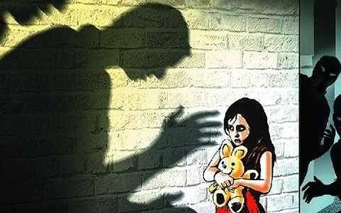 Nghi can hiếp dâm con gái ruột 10 tuổi ở Long An có nhiều biểu hiện bất thường tại cơ quan công an - Ảnh 1