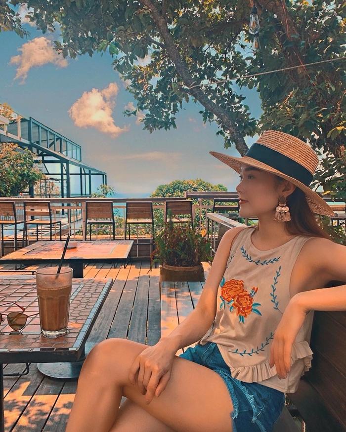 """Style """"du hí"""" của Minh Hằng sẽ gợi ý bạn phong cách ăn mặc cực xịn xò ngày nắng lên - Ảnh 2"""