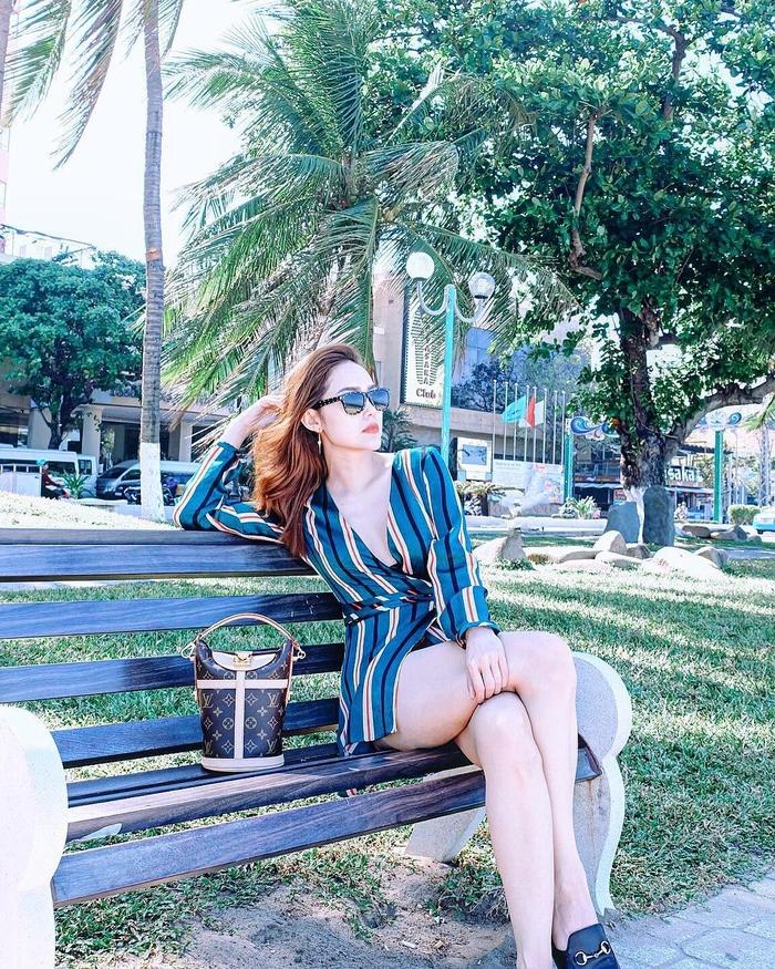"""Style """"du hí"""" của Minh Hằng sẽ gợi ý bạn phong cách ăn mặc cực xịn xò ngày nắng lên - Ảnh 4"""