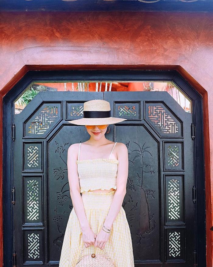 """Style """"du hí"""" của Minh Hằng sẽ gợi ý bạn phong cách ăn mặc cực xịn xò ngày nắng lên - Ảnh 6"""