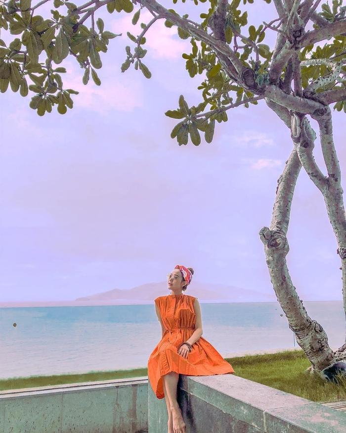 """Style """"du hí"""" của Minh Hằng sẽ gợi ý bạn phong cách ăn mặc cực xịn xò ngày nắng lên - Ảnh 7"""