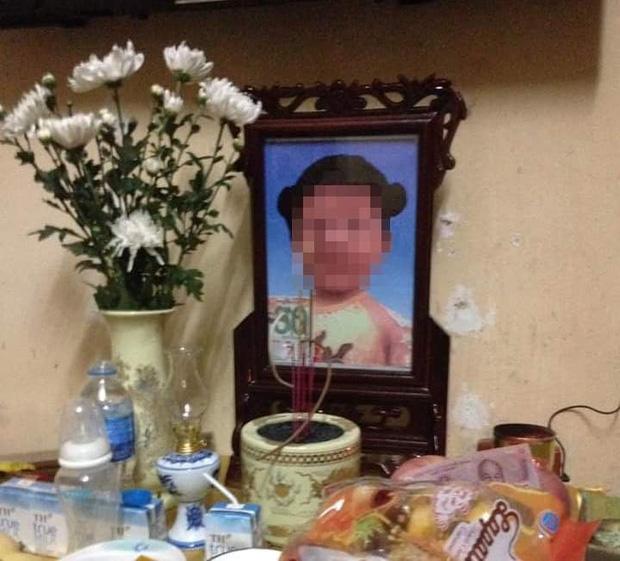 Vụ bé gái 3 tuổi tử vong nghi bị bố dượng mẹ ruột bạo hành: Khởi tố vụ án giết người - Ảnh 1